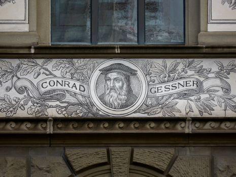 REST_20160801, Porträt Conrad Gessner. ETH Zürich, Hauptgebäude, Nordfassade. Karl Gottlob Schönherr und Adolf Wilhelm Walther, 1863