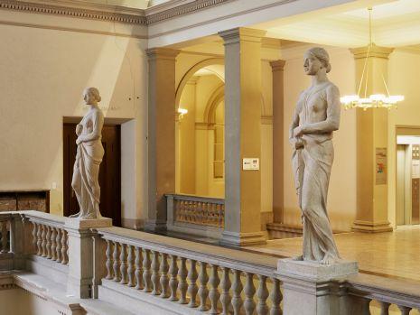 REST_20160802, Zwei Frauenstatuen. ETH Zürich, Hauptgebäude, Haupthalle. Eduard Zimmermann, 1929